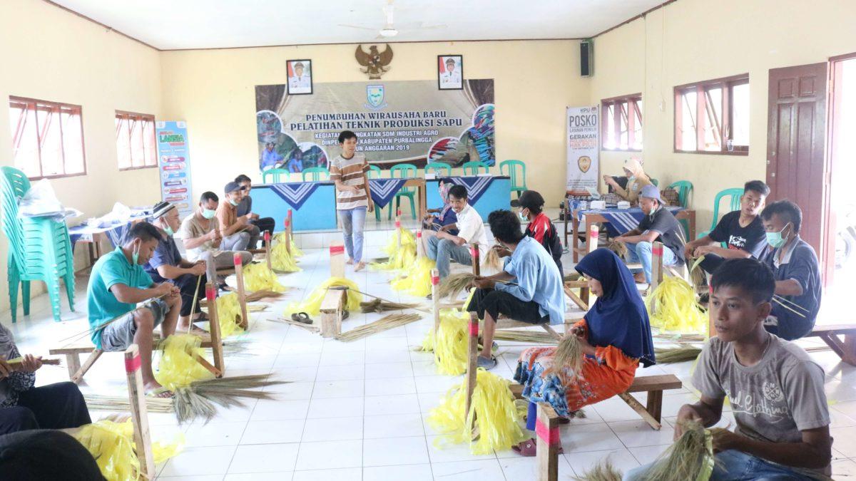 Warga Candinata Dibekali Pelatihan Pembuatan Sapu